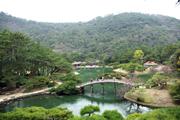 意匠を凝らした庭園 (香川県高松市栗林公園)