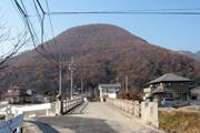 山の見え方から立地が選ばれた神社(山梨県笛吹市山梨岡神社)