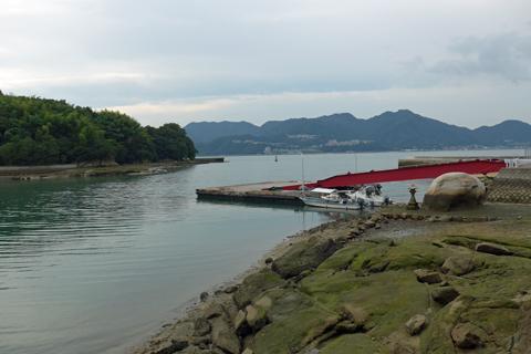 磨崖和霊石地蔵と港の景観