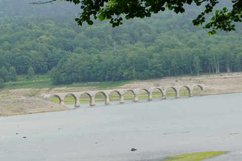 タウシュベツアーチ橋